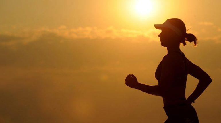 Mujer practicando deporte en solitario